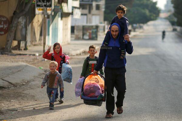 Palestinský otec se svými dětmi. - Sputnik Česká republika