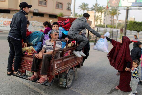 Lidé na rikše rychle prchají do bezpečného útočiště.  - Sputnik Česká republika