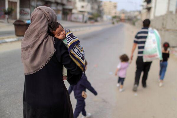 Další palestinská rodina, která musí opustit místo svého bydlení po útocích Izraele. - Sputnik Česká republika