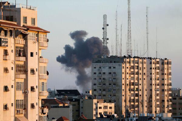 Obrovský černý kouř stoupající do nebe po izraelském leteckém útoku. - Sputnik Česká republika