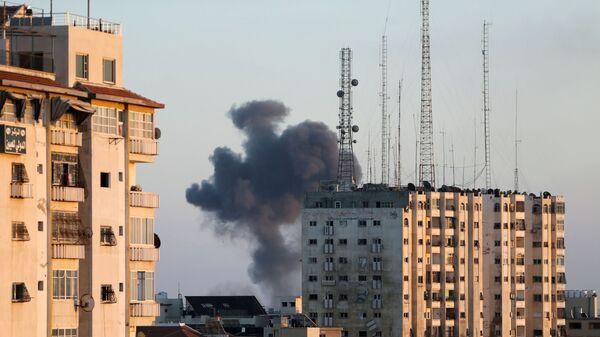 Дым от израильского авиаудара по Газе - Sputnik Česká republika