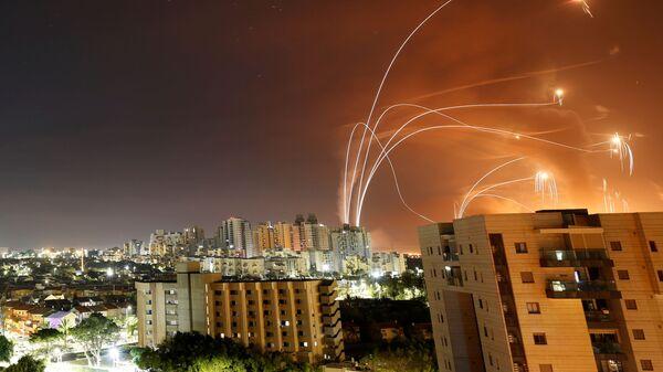 Израильская противоракетная система Iron Dome перехватывает ракеты, запущенные из сектора Газа - Sputnik Česká republika