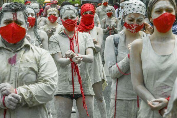 Demonstranti během protestu proti vládě v Medellínu, Kolumbie. Při téměř každodenních protestech proti kolumbijské vládě původně namířených proti navrhované daňové reformě bylo od 28. dubna zabito nejméně 42 lidí, uvedl v úterý veřejný ochránce lidských práv.   - Sputnik Česká republika