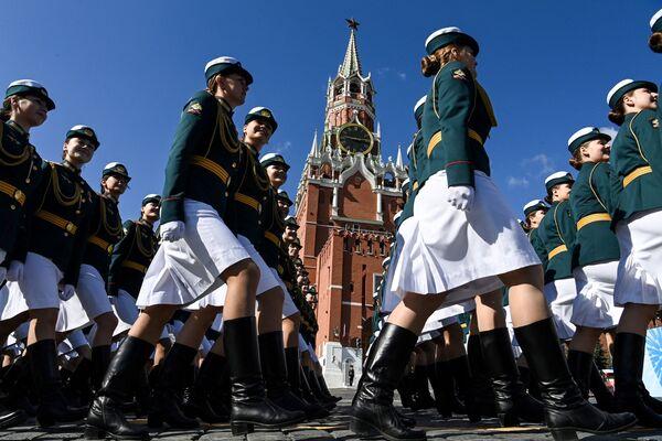 Ruské vojačky na Rudém náměstí v Moskvě 7. května během zkoušky vojenské přehlídky ke Dni vítězství.   - Sputnik Česká republika