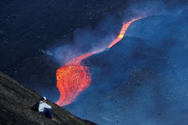 Muž se dívá na červenou horkou lávu během erupce sopky Pacaya v obci San Vicente de Sales v regionu Escuintla, Guatemala.  - Sputnik Česká republika