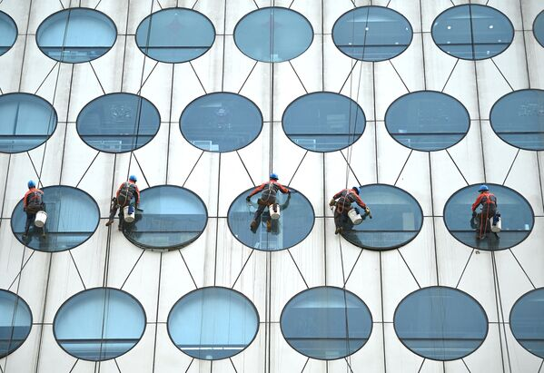 Dělníci čistí okna budovy v Pekingu. - Sputnik Česká republika