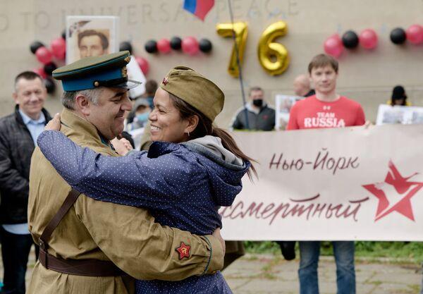 Účastníci akce Nesmrtelný pluk tančí během oslavy 76. výročí vítězství ve Velké vlastenecké válce v New Yorku. - Sputnik Česká republika