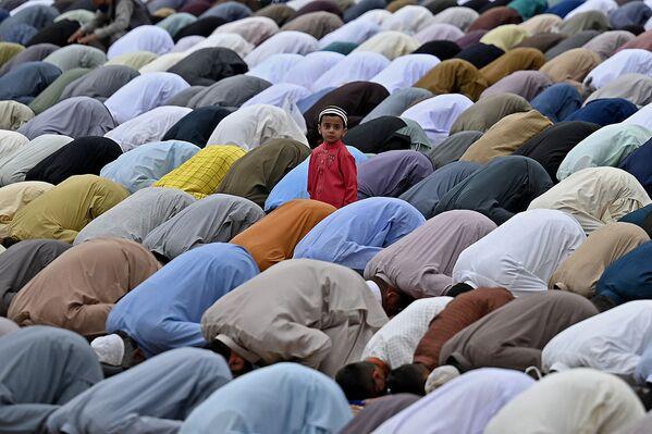 Dítě mezi muslimskými vyznavači, kteří se modlí ve svatyni Eidgah Sharif v Rawalpindi u příležitosti svátku Eid al-Fitr, který znamená konec svatého měsíce ramadánu. - Sputnik Česká republika
