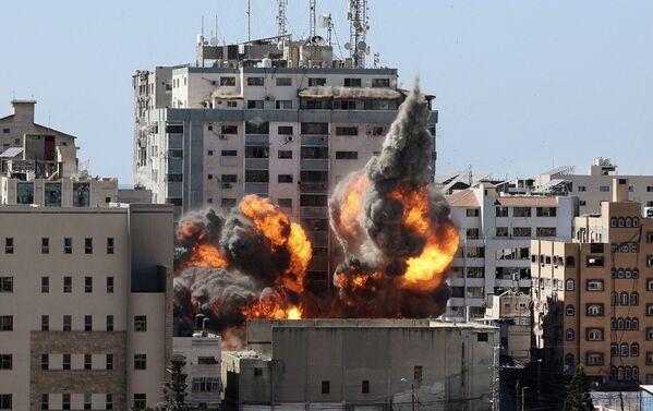 Zničení patnáctipatrové  budovy mezinárodních médií v Pásmu Gazy po leteckém útoku izraelského letectva. - Sputnik Česká republika