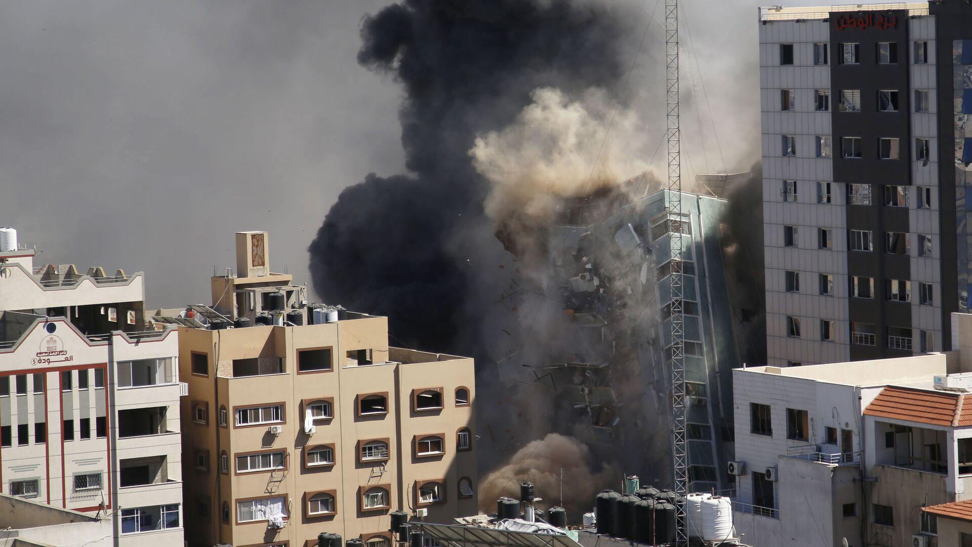 ВВС Израиля уничтожили высотку в Газе, в которой находились офисы американского информагентства Associated Press и катарского телеканала Al Jazeera - Sputnik Česká republika, 1920, 20.05.2021