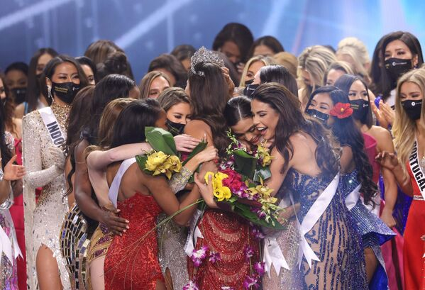 Účastnice soutěže gratulují vítězce Miss Mexika Andree Meze. - Sputnik Česká republika