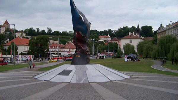 Памятник жертвам и победителям второго сопротивления на площади Кларов, Прага - Sputnik Česká republika