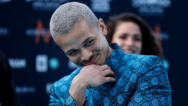 Чешский певец Бенни Кристо на бирюзовой ковровой дорожке перед началом церемонии открытия Евровидения-2021 в Роттердаме - Sputnik Česká republika
