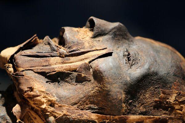 Mumie, která je k vidění v novém muzeu na mezinárodním letišti v Káhiře.  - Sputnik Česká republika