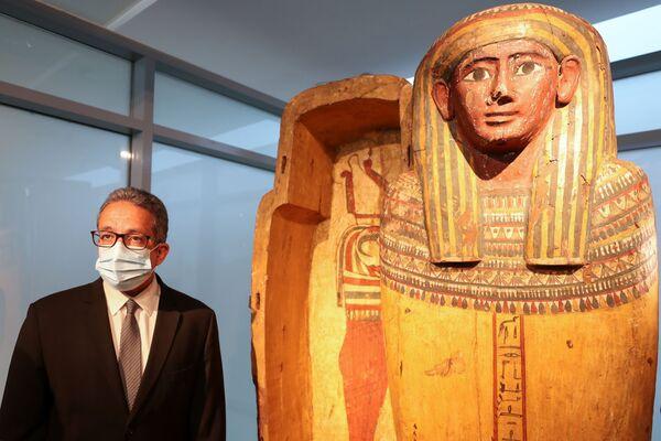 Egyptský ministr cestovního ruchu a starožitností Chálid Anání stojí vedle sarkofágu v novém muzeu na mezinárodním letišti v Káhiře.  - Sputnik Česká republika