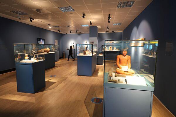 Takhle vypadají exponáty muzea, mezi kterými jsou například mumie, sarkofágy, figurky posvátných stvoření i další artefakty, které se dochovaly z dob faraonů.  - Sputnik Česká republika