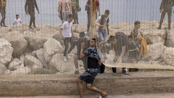 Марокканские мигранты после попытки пересечь границу между Марокко и испанским анклавом Сеута - Sputnik Česká republika