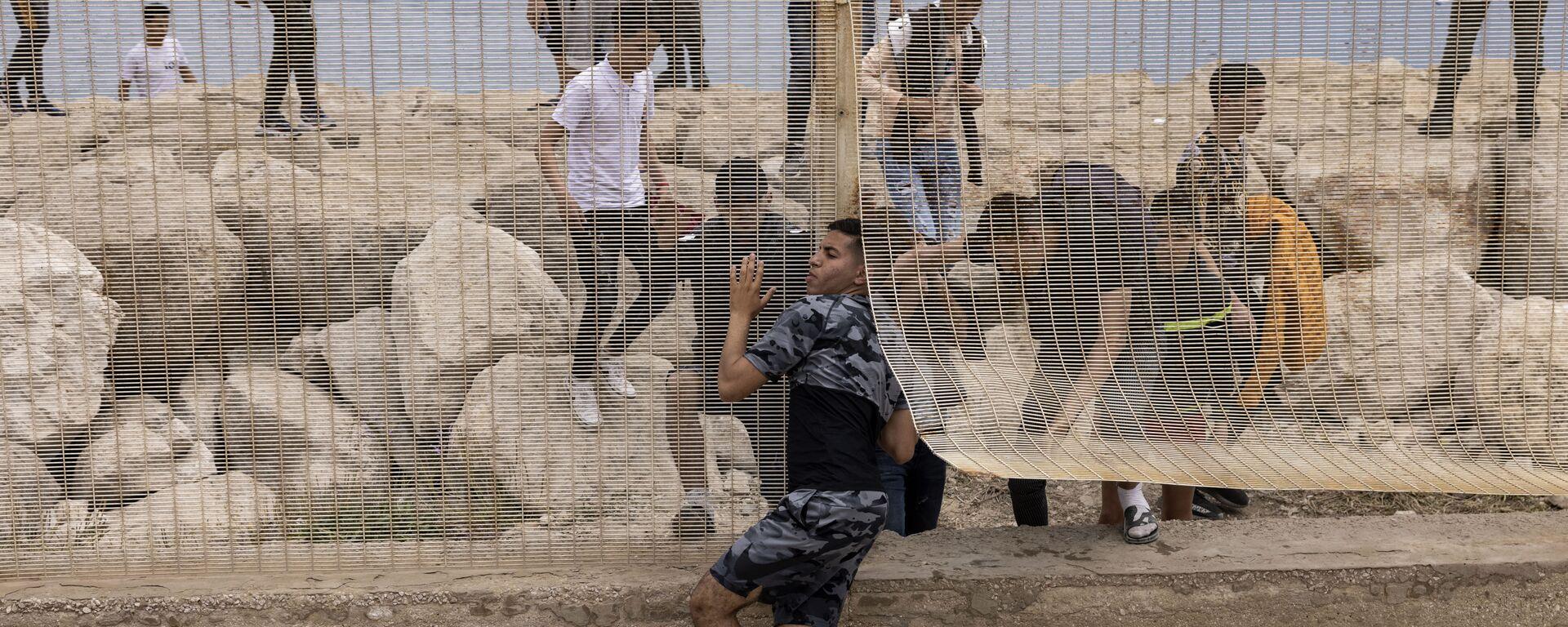 Марокканские мигранты после попытки пересечь границу между Марокко и испанским анклавом Сеута - Sputnik Česká republika, 1920, 19.05.2021