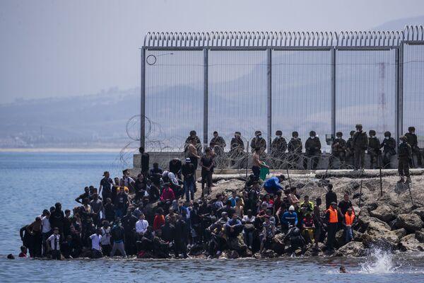 Migranti poblíž španělské exklávy Ceuta na marocko-španělské hranici - Sputnik Česká republika