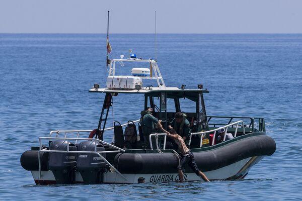 Migrant zachráněný lodí španělské civilní gardy poblíž marocko-španělské hranice - Sputnik Česká republika