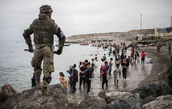 Vojenský kordon na hranicích Maroka a Španělska ve španělské exklávě Ceuta - Sputnik Česká republika