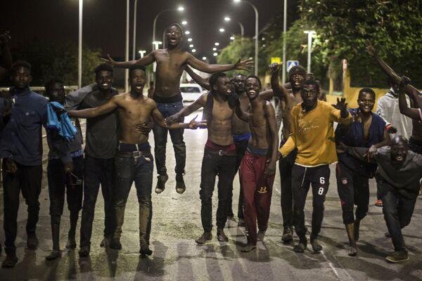 Skupina migrantů ve španělské severoafrické exklávě Melilla, Španělsko - Sputnik Česká republika