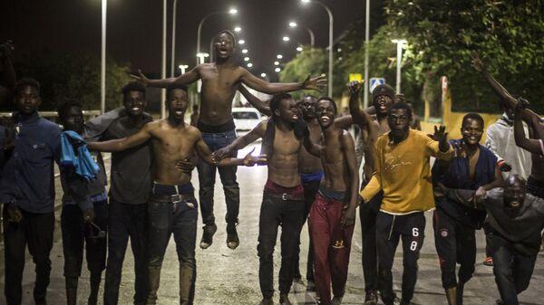 Группа мигрантов в испанском североафриканском анклаве Мелилья, Испания - Sputnik Česká republika