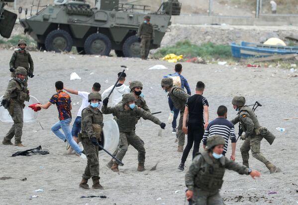 Španělský legionář udeřil marockého občana na pláži El Tarajal - Sputnik Česká republika
