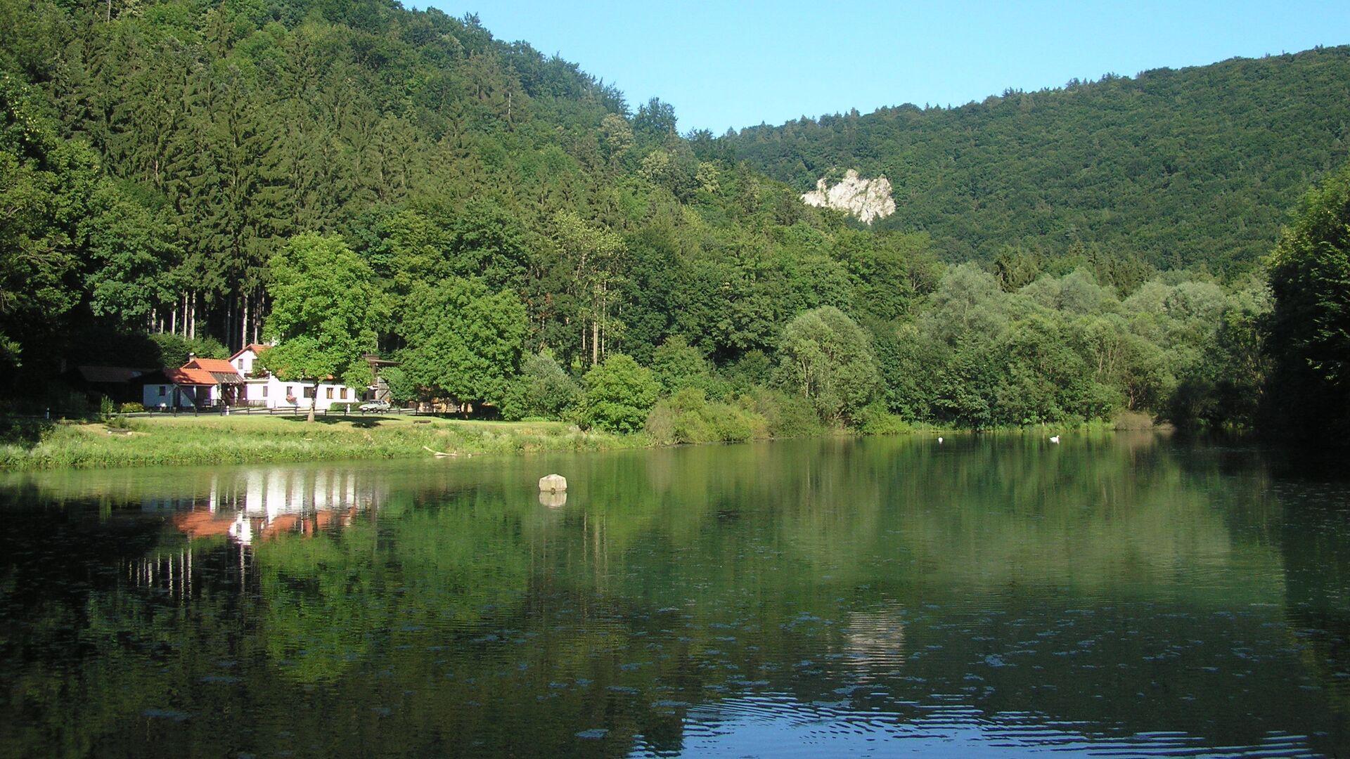Якубовское озеро  в Моравском карсте - Sputnik Česká republika, 1920, 14.07.2021