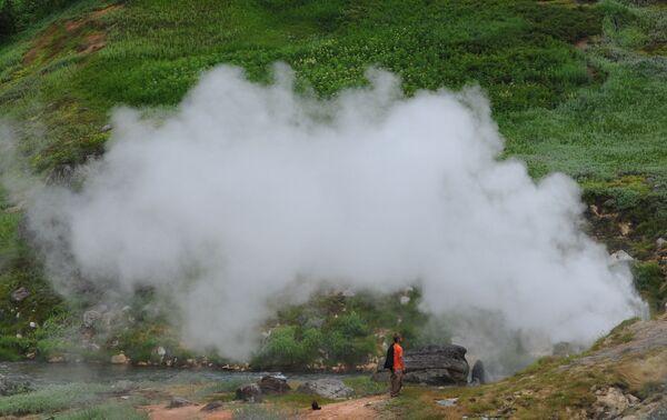 Erupce takzvaného Žemčužnovo (Perlového) gejzíru v Dolině gejzírů na Kamčatce. - Sputnik Česká republika