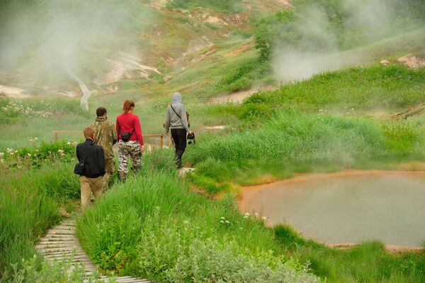 Turisté prochází kolem Utinych jezer (Kachních) v Dolině gejzírů na Kamčatce.   - Sputnik Česká republika