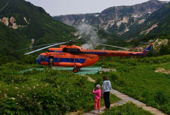 Turisté při přistávací dráze vrtulníku c Dolině gejzírů.  - Sputnik Česká republika