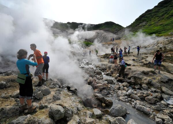 Turisté na prohlídce Doliny gejzírů při skonu vulkánu Mutnovskij. - Sputnik Česká republika