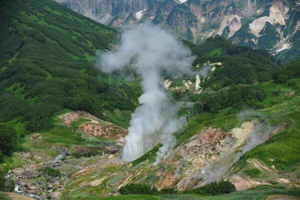 Erupce gejzíru Velikan v Dolině gejzírů na Kamčatce.  - Sputnik Česká republika