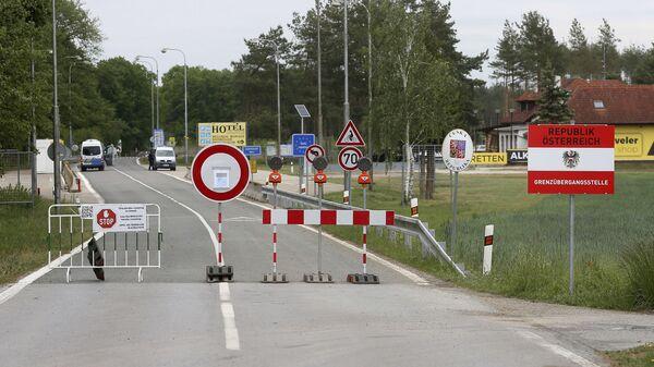 Блокированная дорога на закрытом пограничном переходе из Австрии в Чешскую Республику недалеко от Рейнталя, Австрия - Sputnik Česká republika