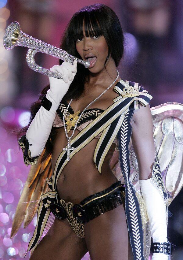 Naomi Campbell se stříbrným rohem vystupuje na módní přehlídce Victoria's Secret v New Yorku v roce 2005. - Sputnik Česká republika