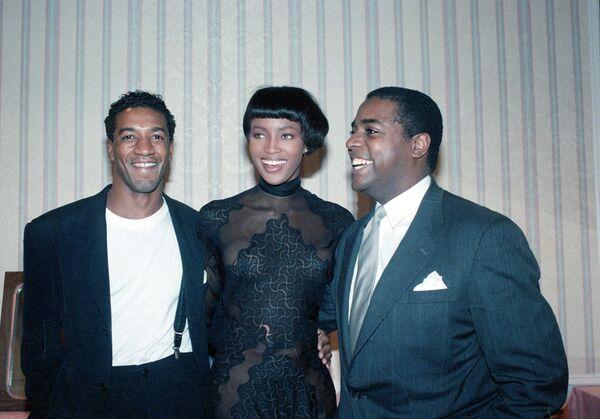 Britská modelka Naomi Campbell s módními návrháři Gordonem Hendersonem a Jeffreym Banksem před přehlídkou v hotelu Hilton v New Yorku, r. 1989. - Sputnik Česká republika