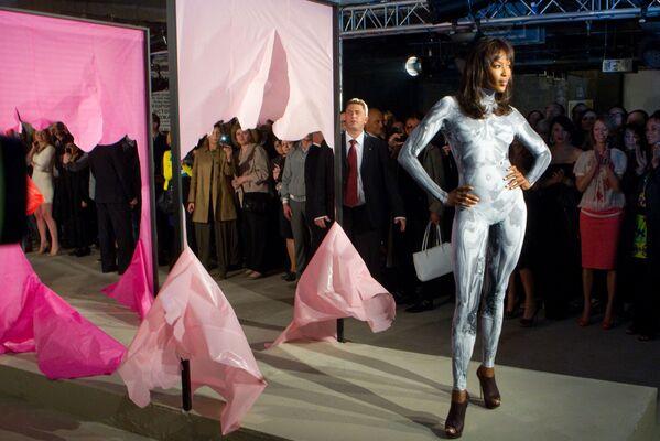 Topmodelka Naomi Campbell v modelu ruského návrháře Igora Čapurina, r. 2011. - Sputnik Česká republika