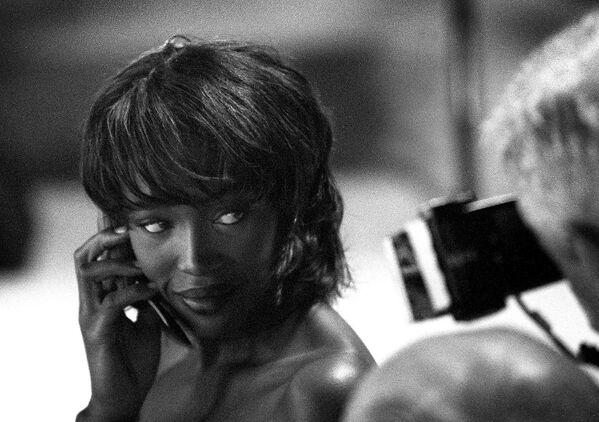 Supermodelka Naomi Campbell pózuje fotografovi v zákulisí přehlídky Matthew Williamson' s v roce 1999. - Sputnik Česká republika