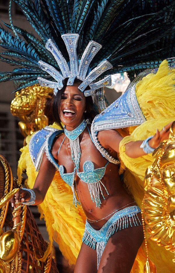 Supermodelka Naomi Campbell se účastní přehlídky školy samby Portela v Rio de Janeiru v Brazílii, r. 2005. - Sputnik Česká republika