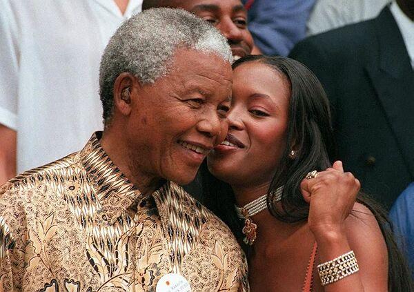 Jihoafrický prezident Nelson Mandela a britská supermodelka Naomi Campbell v Kapském Městě, r. 1998. - Sputnik Česká republika