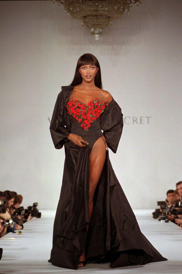 Naomi Campbell zahajuje přehlídku jarní kolekce spodního prádla Victoria's Secret v New Yorku, r. 1996. - Sputnik Česká republika