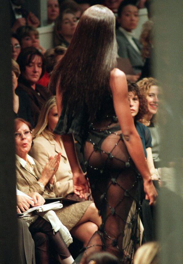 Naomi Campbell během představení kolekce Fendi podzim/zima 1997-98 v Miláně, r. 1997. - Sputnik Česká republika