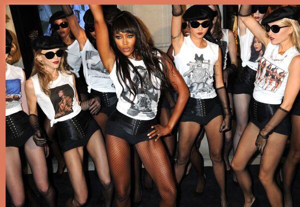 Naomi Campbell s modelkami na oslavě 25. výročí své kariéry v prodejně Dolce & Gabbana na Madison avenue v New Yorku, rok 2010. - Sputnik Česká republika