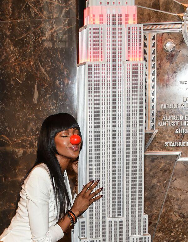 Modelka Naomi Campbell objímá kopii Empire State Building na počest Dne červeného nosu v New Yorku, r. 2016. - Sputnik Česká republika