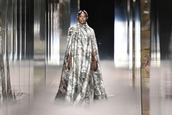Britská modelka Naomi Campbell předvádí tvorbu britského návrháře Kima Jonese pro kolekci Fendi jaro-léto 2021 během pařížského týdne haute couture, r. 2021. - Sputnik Česká republika