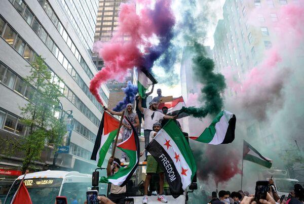 Demonstranti držící palestinskou a syrskou vlajku na podporu Palestiny v centru Manhattanu - Sputnik Česká republika