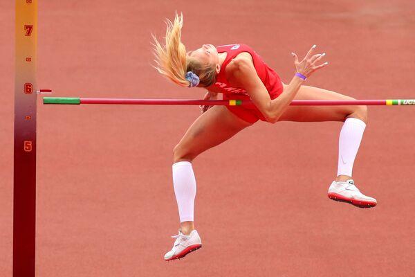 Lillian Loweová z Arizony srazí laťku ve finále skoků do výšky na atletickém šampionátu na Kalifornské univerzitě. - Sputnik Česká republika