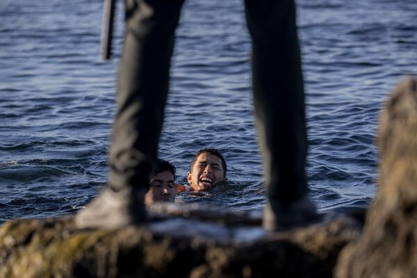 Zástupce Španělské civilní gardy očekává migranty na břehu ve španělské enklávě Ceuta, nedaleko hranic Maroka a Španělska - Sputnik Česká republika