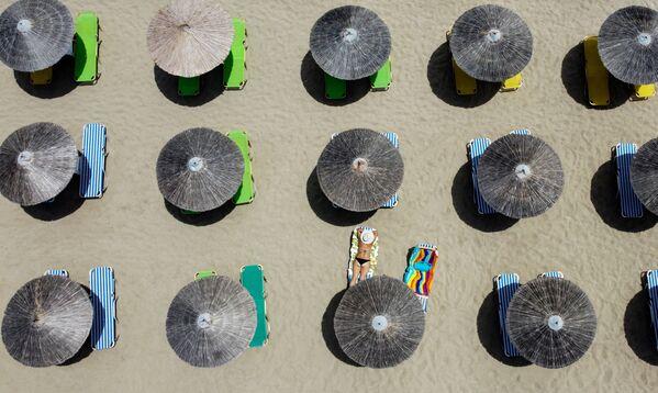 Lidé opalující se na pláži Falaserna na západním pobřeží Kréty - Sputnik Česká republika
